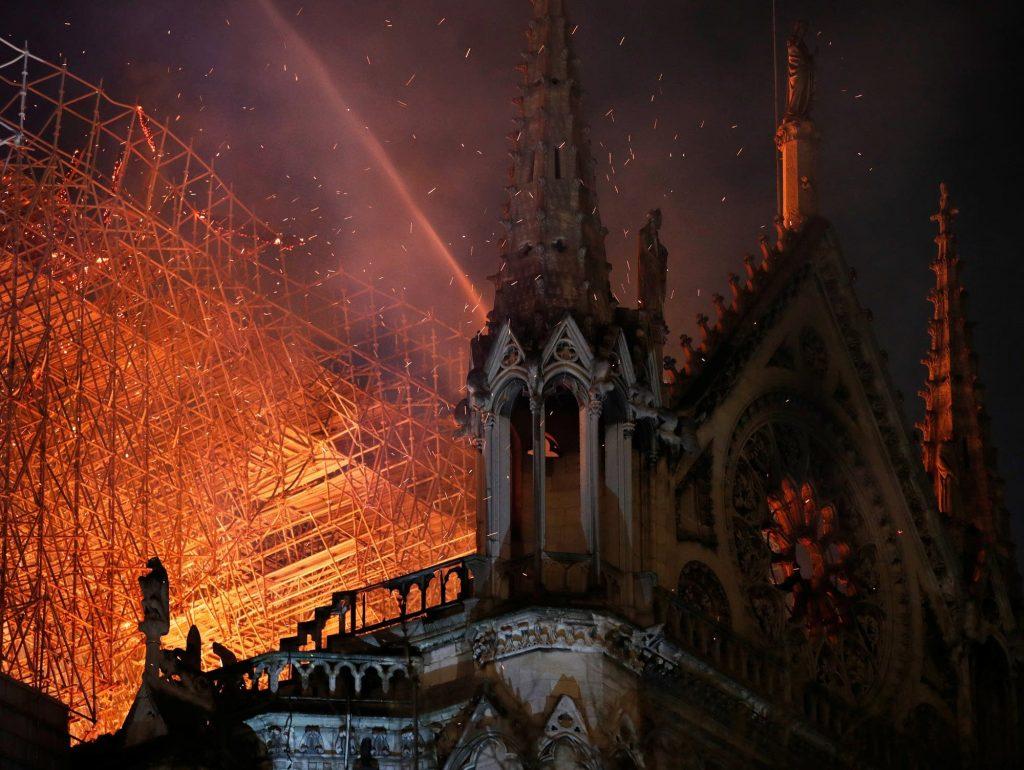 Sukrečianti Noterdamo katedros tragedija